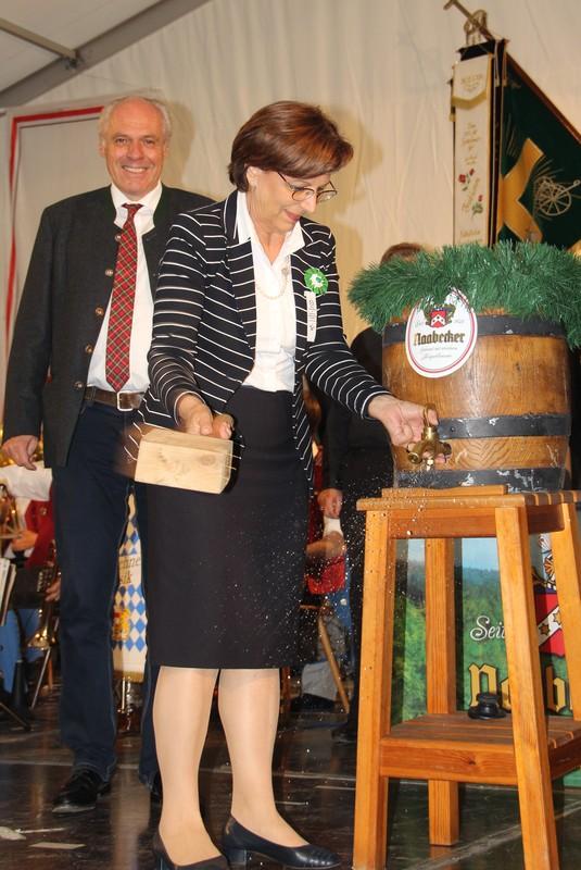 Ministerin Müller zapft mit 3 Schlägen gekonnt das erste Fass an