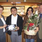 Bürgermeisterin Maria Steger (links) und Geschäftsführer Peter Neidl (rechts) wünschten dem Ehepaar Keskin viel Erfolg in ihren neu renovierten Räumen