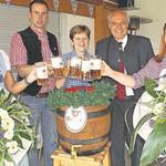 Auf ein erfolgreiches Teublitzer Volksfest stießen an (von links) Sybille Rasel, Volksfestwirt Bastian Schuhmann, Bürgermeisterin Maria Steger, Brauereibesitzer Wolfgang Rasel und Nadine Schuhmann