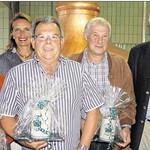 Johann Merl, Helmut Sadler und Ewald Wild (vorne, von links) wurden vom Naabecker-Brauereibesitzer Wolfgang Rasel (rechts) und seiner Frau Sybille in den Ruhestand verabschiedet.