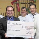 Wirte-Sprecher Stefan Sauerer (Fünfter von links) und Georg Hauser (Naabecker) (Dritter von links) mit dem Scheck