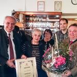 Das Bild zeigt die Wirtin Frau Dirmeier mit Sohn sowie Herrn Rasel und Herrn Neidl von der Schlossbraueri Naabeck