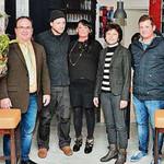 Georg Hauser (links), 2. Bürgermeisterin Ulrike Roidl (2. von rechts) und Matthias Kuhn (rechts) gratulierten den Betreibern.