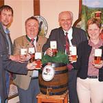 Von der Qualität des Festbieres für das Volksfest überzeugten sich im Gasthaus Faltermeier in Stocka die Bürgermeister Maria Steger, Robert Wutz (rechts) und Thomas Beer (links), Brauereibesitzer Wolfgang Rasel (Dritter von rechts), Geschäftsführer Peter Neidl (Dritter von links) und Festwirt Bastian Schuhmann.