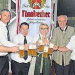 Sie stießen auf das Fest an (von links): Michael Bauer, Thomas Lautenschlager, Alexander Mehringer, Christa Weigl, Wolfgang Rasel und Peter Hetzenecker.