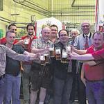 Bei der Bierprobe stießen der Festausschuss, Wolfgang Rasel (4. v. r.) und Georg Hauser (6. v. r.) auf ein erfolgreiches Fest an.
