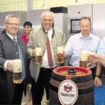 Die Festausschussmitglieder stießen mit dem Schirmherrn und den Vertretern der Brauerei Naabeck auf das 150. Feuerwehrjubiläum an.
