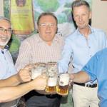 Der Repräsentant der Familienbrauerei Naabeck, Peter Neidl (rechts), stieß mit den Verantwortlichen des Marktes und den Festwirten Gerhard Böckl und Josef Ebnet auf das Gelingen der Kirwa an.