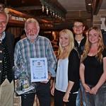 Brauereiinhaber Wolfgang Rasel ehrte Konrad Thanner, Judith Greiner, Julian Horn, Lisa-Marie Simon und Dominik Weiß.