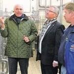 Brauereichef Wolfgang Rasel (li.) und Oberbrauer Stefan Bergmann (re.) zeigten Oberbürgermeister Andreas Feller den neuen Filterkeller.