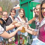 Das Bild zeigt die Naabecker und Jura Weizen Bier-Girls auf der Biermesse in Schwandorf mit Braumeister Eric Kulzer