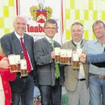 """Die Neunburger Delegation mit Bürgermeister Martin Birner (Mitte) stieß mit den Brauereivertretern um Besitzer Wolfgang Rasel (Vierter von links) und kaufmännischem Leiter Peter Neidl (Fünfter von rechts) auf eine """"friedliche Wies'n"""" an."""
