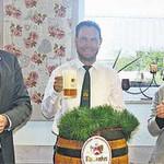 Auf ein gutes Gelingen stießen Michel Weiler von der Brauerei, Landrat Ebeling, Festleiter Spörl, Festmutter Kerstin Lichtenegger und Vorsitzender Sacher an (von links).