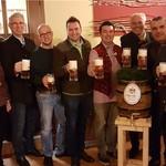 """Bürgermeister, Gemeinderäte, Brauereivertreter, Festwirt und Schausteller stoßen gemeinsam auf eine zünftige """"Wiesn"""