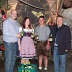 "Durften als erste das Haselbacher Kirwabier probieren: Andreas Geiger vom ""Kirchawirt""-Team, Marina Falk, Alexander Baierl und Peter Neidl."