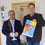 Bürgermeister Christian Ziegler konnte von Georg Hauser 10000 Bierdeckel mit dem Logo zum Jubiläumsfest entgegen nehmen. Gleichzeitig überreichte er ihm das Plakat zum Festwochenende. Bild: nib