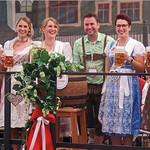 Ein Alleinstellungsmerkmal für das Rodinger Volksfest sind die hübschen Volksfestköniginnen, die Milena Bücherl (Sechste von links) in ihre Mitte nahmen.