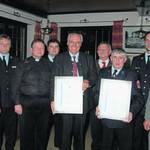 Wolfgang Rasel (mit Urkunde links) und Gerhard Nörl (mit urkunde rechts) wurden führ ihr Engagement um die Feuerwehr Gögglbach vom Kreisfeuerwehrverband geehrt