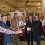 Bürgermeister Reichold beschirmt das Feuerwehrfest Kalsing