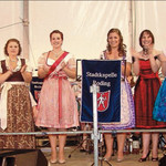 Wieder einmal stark vertreten: die Rodinger Volksfestköniginnen der vergangenen Jahre an der Seite von Julia Kasper (Mitte).