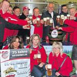 Ein Prosit auf das 25-Jahre-Gründungsfest des FC Bayern-Fanclub Büchelkühn am 1./2. August.