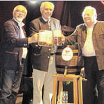 Schirmherr Manfred Rodde, Brauereibesitzer Wolfgang Rasel aus Naabeck und Festwirt Gerhard Böckl (von links) war der erste Schluck aus der Kirwa-Maß vorbehalten. Nachdem angezapft war, stießen sie miteinander an.