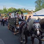 Angeführt von einem Pferdegespann der Brauerei Naabeck und dem Festwirt Daniel Feuerer zogen die Vereine zum Festplatz.
