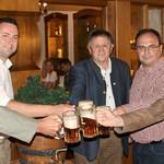 Ozapft is! Die Vertreter der Brauerei Naabeck stießen mit Jupp Brantl und Bürgermeister Franz Reichold auf ein gutes Gelingen des Volksfestes an.