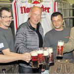 Sie stießen schon mal auf das Jubelfest an (von links): Christian Birner, stellvertretender Festleiter Michael Reindl, Bürgermeister und Schirmherr Roland Strehl, Festleiter Matthias Thau und Brauerei- Geschäftsführer Peter Neidl.