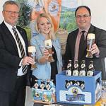 Das Ergebnis ist gut gelungen, fand OB Andreas Feller. Mit auf demBild: Judith Greiner und Georg Hauser von der Brauerei Jura Weizen Wiefelsdorf.