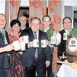 Bürgermeister Thomas Gesche (Mitte), Landrat Thomas Ebeling (rechts), Georg Hauser von der Brauerei Naabeck (Zweiter von rechts) und einige Stasträte von CSU und Freien Wählern Land in Burglengenfeld stießen nach dem Bieranstich auf die Neuauflage des Starkbierfestes an.