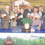 Von der Qualität des Festbieres für das Volksfest überzeugten sich Franz Härtl, Robert Wutz, Peter Neidl, Maria Steger, Wolfgang Rasel, Daniel Feuerer, Georg Beer und Thomas Beer (von links)