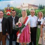 Brauerei, Stadt, Festwirt und Oldies & Cars Club nehmen die Volksfestkönigin in ihre Mitte.