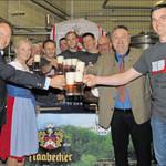 Der Festausschuss der Freiwilligen Feuerwehr Schwarzenfeld fuhr nach Naabeck, um in der dortigen Brauerei das Festbier für das bevorstehende Jubiläum zu testen. Mitgenommen hatte man dazu auch Festmutter Gabi Wittleben und Schirmherren René Guhl (links).
