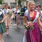 Ein farbenfrohes Bild boten die Volksfestköniginnen.