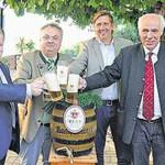 Testeten das Festbier für die Burglengenfelder Herbstdult (von links): Bürgermeister Thomas Gesche, Naabecker-Verkaufsleiter Peter Neidl, zweiter Bürgermeister Bernhard Krebs und Brauerei-Chef Wolfgang Rasel
