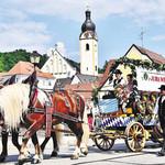 Unter weiß-blauem Himmel zog der Festzug durch Schwandorf. Rund 70 Vereine nahmen heuer daran teil.