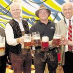 OB Andreas Feller, die Bürgermeister Harald Bemmerl, Günther Pronath, Braumeister Alex Krieger, Brauereibesitzer Wolfgang Rasel und Bürgermeister Thomas Nedil (von links) stießen auf ein friedliches Volksfest an. Bild: Hirsch