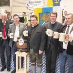 Bürgermeister Thomas Falter zapfte gekonnt das erste Bockbierfass an und stieß mit den Ehrengästen auf eine fröhliche Feier an. FOTO: SMX