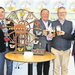 Karl Uebel, Michel Weiler, Gerhard Böckl, Andras Feller und Stefan Schamberger (von links) werben für das Schwandorfer Pfingstvolksfest. FOTO: HIRSCH