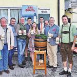 Brauereichef Wolfgang Rasel (li.) stieß gemeinsam mit den Brauern und den Gästen auf ein schönes Pfingstvolksfest 2019 an. FOTO: ZWICK