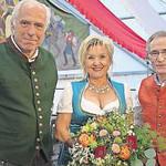 Festwirt Wolfgang Rasel (l.) dankte dem scheidenden Schirmherrn Franz Reichold mit seiner Gattin Roswitha. FOTO: REINHARD SCHREINER