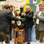 Bürgermeister Thomas Falter (li.) zapfte unter den kritischen Augen des stellvertretenden Landrats Jakob Scharf (re.) das erste Bier an.