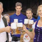 Gemeinderat Georg Paulus (links) und die Vorsitzende der Dorfgemeinschaf Doris Schmidt (rechts), prosteten sich gleich zu.
