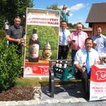 """Ein Kostprobe von der """"Jahrhunderthalbe"""" der Brauerei Naabeck gab es vor den Bruckmandl`n mit Naabeck-Geschäftsführer Peter Neidl (2.v.re.stehend)."""