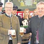 Oberbürgermeister Andreas Feller und Verkaufsleiter Peter Neidl zapften das erste Fass Bier für den Florianstag an.