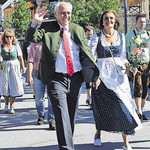 Hat seine Feuertaufe als Festwirt bestanden: Wolfgang Rasel mit Frau Sybille und den Töchtern Marlene (l.) und Eva beim Einzug
