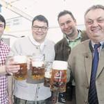 Festwirt Daniel Feuerer, Bürgermeister Thomas Falter, Braumeister Eric Kulzer und Verkaufsleiter Peter Neidl (von links) stießen auf ein gutes Gelingen an.