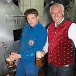 """Noch ist das Bier fürs Rodinger Volksfest im Lagertank 82 etwas zu süß. """"Die zwei Wochen Reifezeit bis zum Fest braucht es schon noch"""", sind sich Christoph Scharf und Wolfgang Rasel einig."""