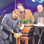 Mit einigen gezielten Schlägen zapfte Bürgermeister Thomas Gesche offiziell das erste Fass des eigens gebrauten Jubiläumsbieres an.